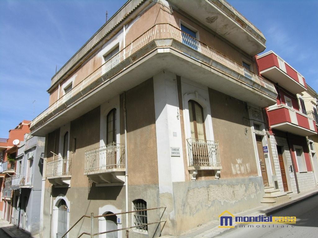 Palazzo / Stabile in vendita a Pachino, 11 locali, prezzo € 130.000 | CambioCasa.it